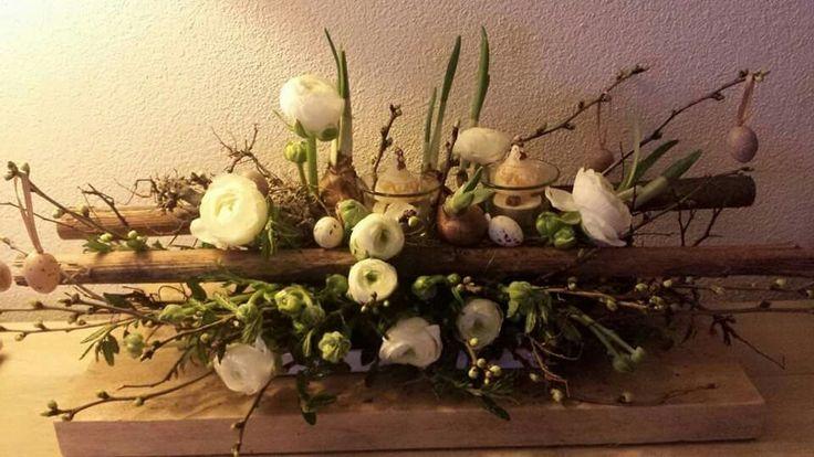 Lente bloemstuk op steigerhout