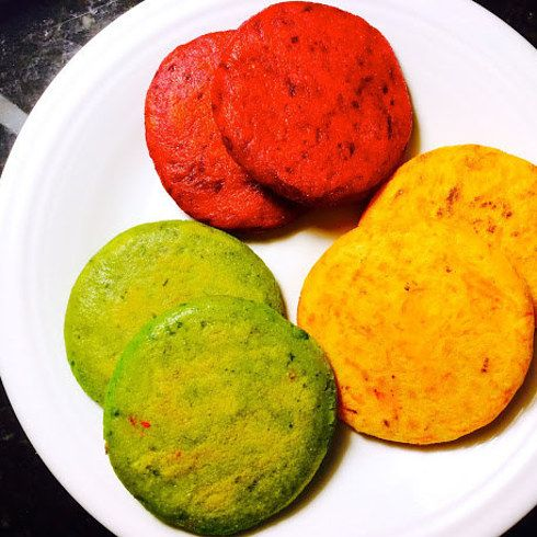 Sabrosas arepas coloridas de remolacha, zanahoria y espinaca rallada. | 16 Deliciosas y creativas formas de comer una arepa diferente