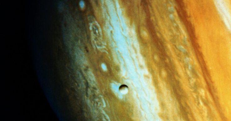 Cómo hacer un modelo de Júpiter para el tercer grado. Los niños están naturalmente fascinados con el espacio exterior. Enseña a los estudiantes de tercer grado acerca de Júpiter, el planeta más grande del sistema solar, haciendo un modelo tridimensional con papel maché. Luego de enseñarles sobre la composición gaseosa de Júpiter, anímalos a estudiar las imágenes del planeta para que te ayuden a ...