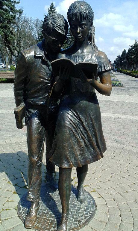Г.Краснодар.Памятник Шурику и Лидочке напротив Политехнического университета.