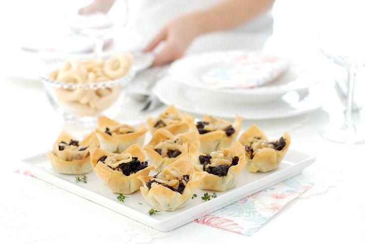 Tartaletas crujientes de morcilla, manzana y cebolla caramelizada. Unas apetecibles tartaletas de masa filo que podrás rellenar a tu gusto.
