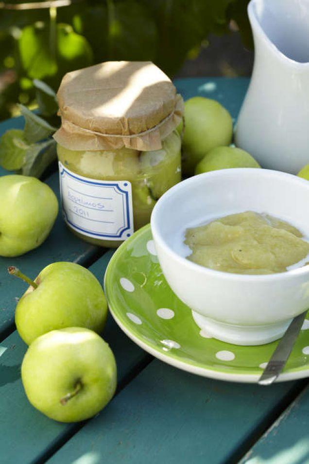 Ett av de tidigaste äpplena, Transparent blanche, är också ett av de bästa till mos. Frukten, som bör vara fast och fin för att innehålla mycket pektin, ger ett friskt och vackert ljusgrönt mos och en vaniljstång i koket gör sannerligen inte saken sämre!