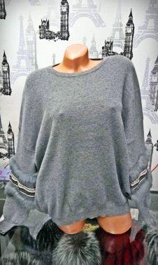 Bluza gri accesorizata cu blanita ecologica si paiete Compozitie: 65% acrylic, 35% lana Marimi: universala