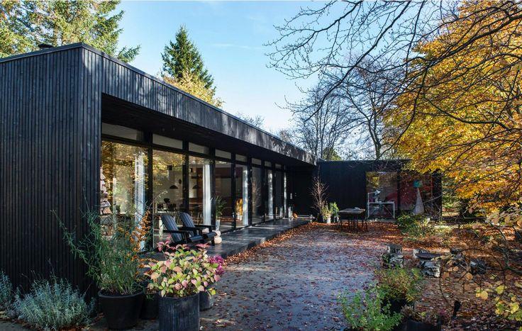 Listebeklædte facader møder betonterrasse