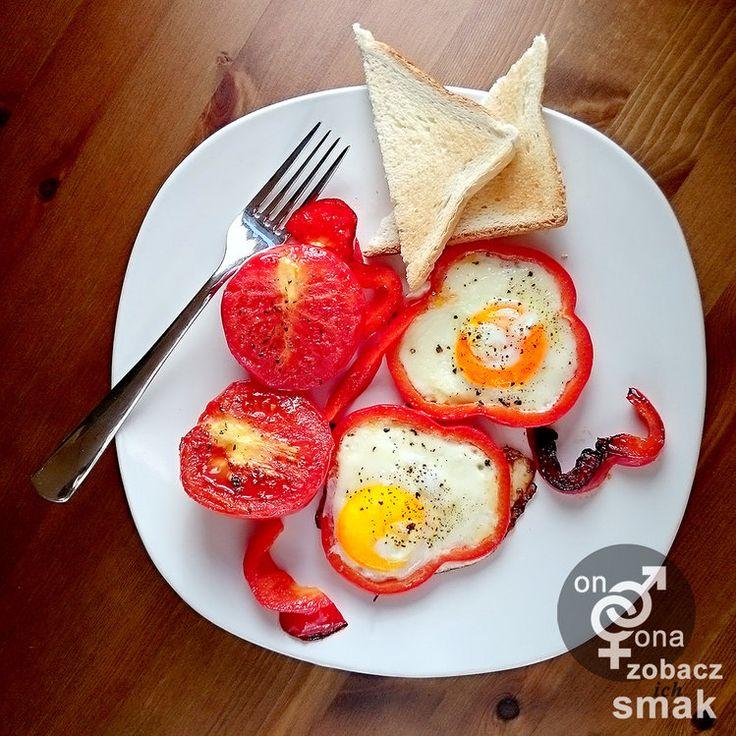 jajka na czerwono z grillowanymi pomidorami