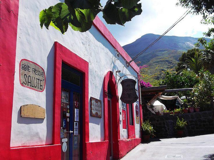 Isola di Stromboli - le forme e i colori rilassanti dei villaggi contrastano con l'asprezza del vulcano | da Lorenzo Sturiale