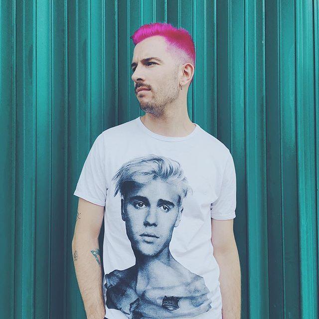 Bieber y deja vivir! ✌🏻💗🆓 #yogyakarta #indonesia #holidays #beard #moustache #colourful #haircolor #wall #igers #love #pinkhair