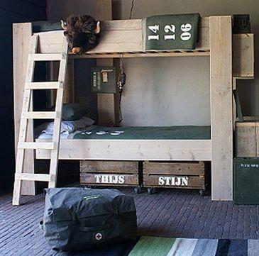 Steigerhouten stapelbed #kinderkamer | Wooden bunk #kidsroom. Ik let vooral op de kisten onder het bed! Super stoer!
