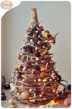 """DIY xmas tree - ветки дерева (в данном случае - дикий виноград), - длинные палки, - шишки, сухоцветы, бадьян, шарики из лозы, орехи, жёлуди, корица, - шпагат, - бусины, прищепки, - клей """"Горячий пистолет"""""""