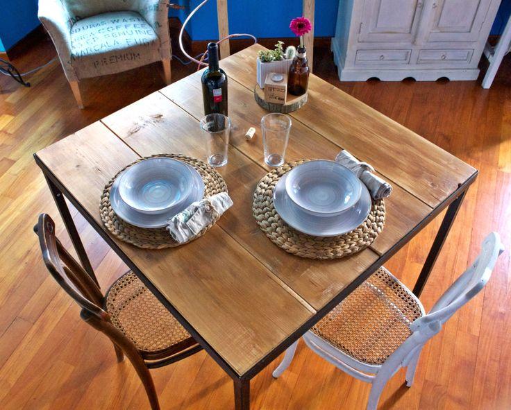 Tavolo quadrato 100x100cm. Struttura in ferro smontabile e superficie in legno realizzata con delle palanche pitturate e spazzolate a mano.