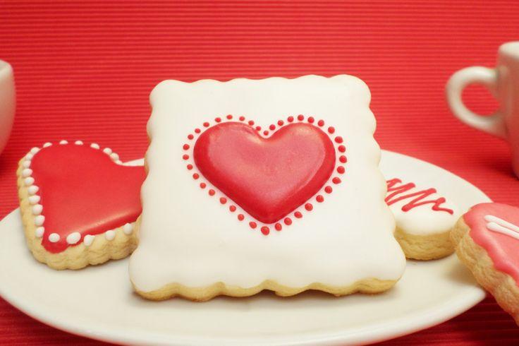 Galletas cuadradas con decoración de corazón. #Galletas #SanValentín #Cookies