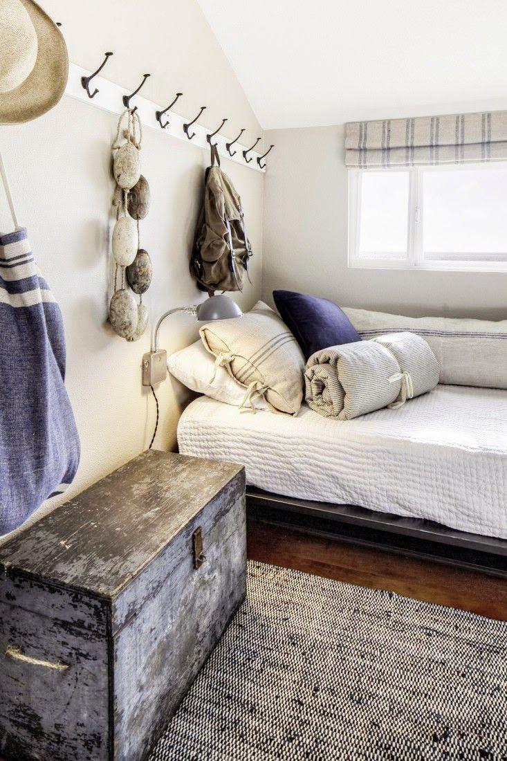 On décore la chambre comme une cabine de bateau avec des patères au mur, un coffre vintage et des textiles aux tons bleus.
