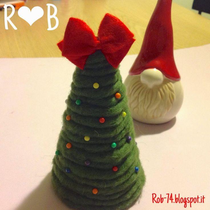 Albero di Natale con feltro e spilli colorati