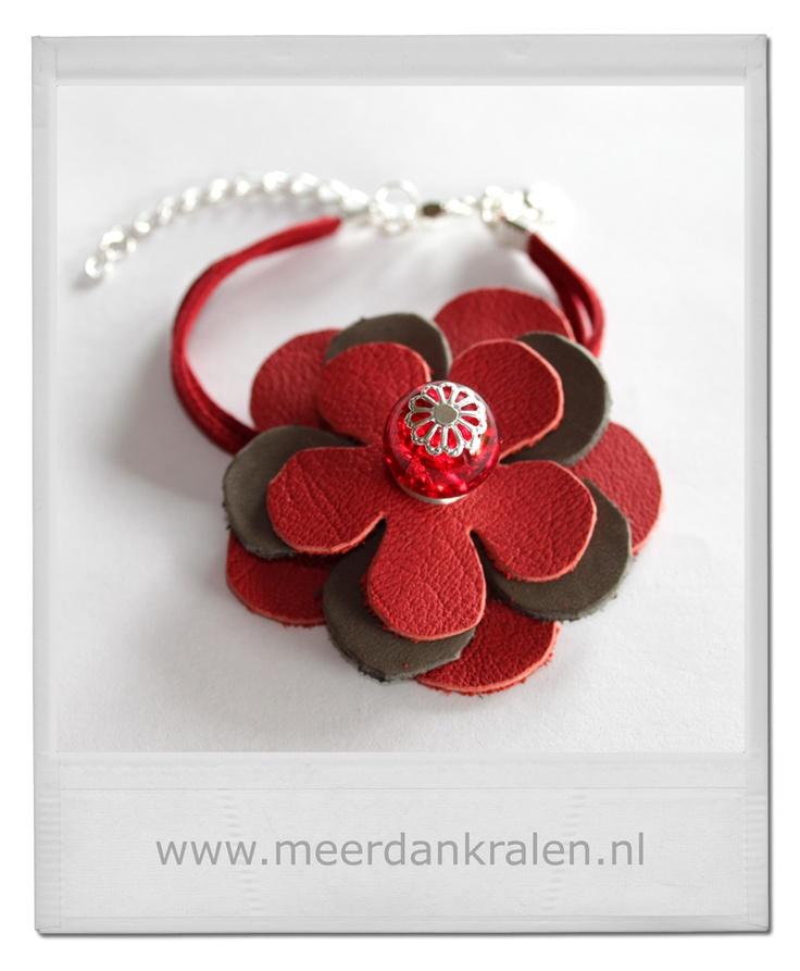 Deze leren bloem is helemaal handgemaakt. De bloemen zijn uit een stuk leer gesneden, bevestigd met een kettelstiftje, waar een kraal op is geregen. De armband bestaat uit een dubbele suede veter.
