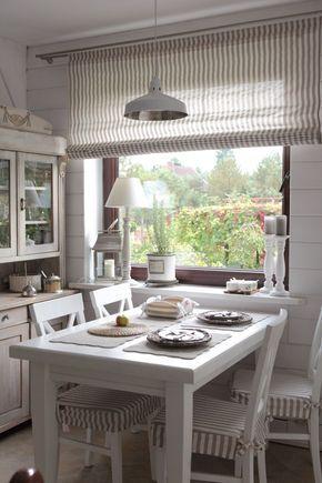 Klein, aber oho! Diese gemütliche #Küche lädt zum Zusammensitzen ein. Vorhänge und Sitzpolster sind aufeinander abgestimmt und die Pastellfarben finden sich in der Vitrine wieder. Ein Traum für Fans des #rustikalen #Landhaus-Looks!