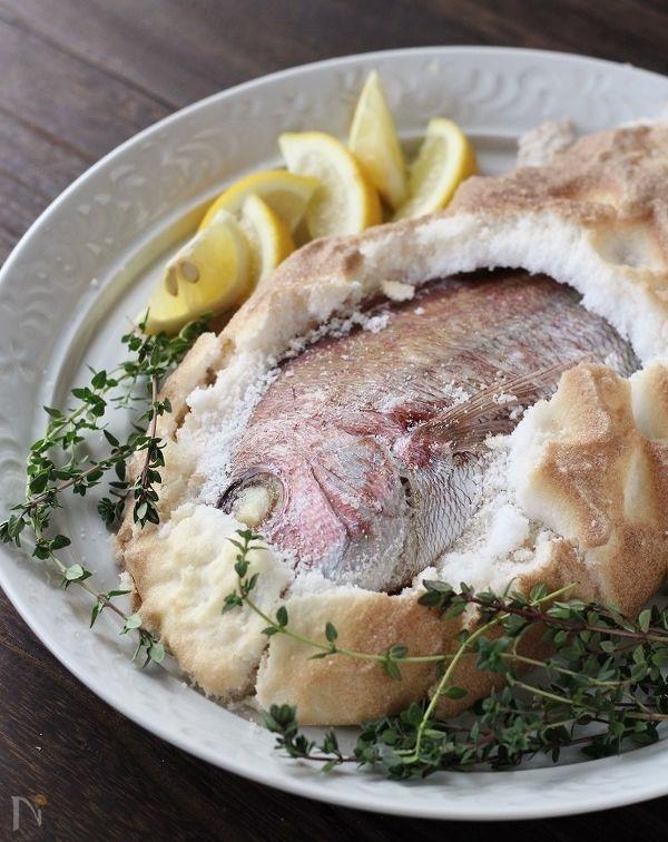 鯛を丸ごと塩で包んで焼いた塩釜焼きは、ふっくらしっとり、ジューシーに焼きあがります。  見た目は華やかですが、作るのは意外に簡単!  塩釜を割って取り出すわくわく感も楽しめ、おもてなしにもぴったりです。