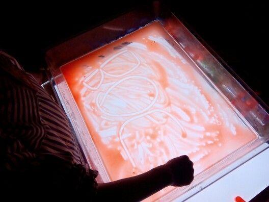 Escriptura sobre pintura a la taula de llum