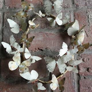 Met papieren vlinders