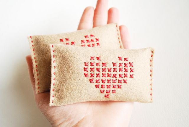 hand warmers: Diy Valentines Day, Projects, Crafts Ideas, Crossstitch, Hands Warmers, Felt Embroidery, Crosses Stitches, Heart Hands, Hand Warmers