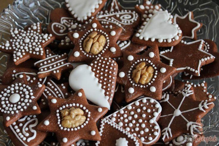 Mivel közelegnek az ünnepek, elkezdtem átnézni a régi receptjeimet és rátaláltam erre a mézeskalács receptre. Az elkészült sütemény tényleg fantasztikusan puha lett, a finom illatok pedig elárasztották az egész lakást. A díszítés még nem az igazi, azon még dolgozni kell, de ez a rögtön puha karácsonyi mézeskalács biztos az ünnepi asztalon lesz. Ha a díszítésben ügyesebb leszek, akkor nem kizárt, hogy ez lesz a karácsonyfadísz is.