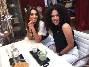 Rayza Nicácio, blogueira de beleza, ensina a usar o gel de linhaça para hidratar cabelos cacheados (Foto: Priscila Massena/Gshow)