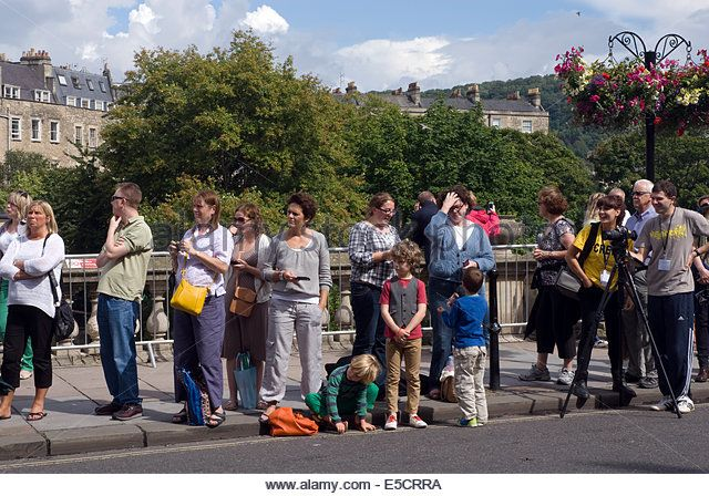 people-waiting-for-the-summer-parade-bath-spa-somerset-england-uk-e5crra.jpg (640×448)