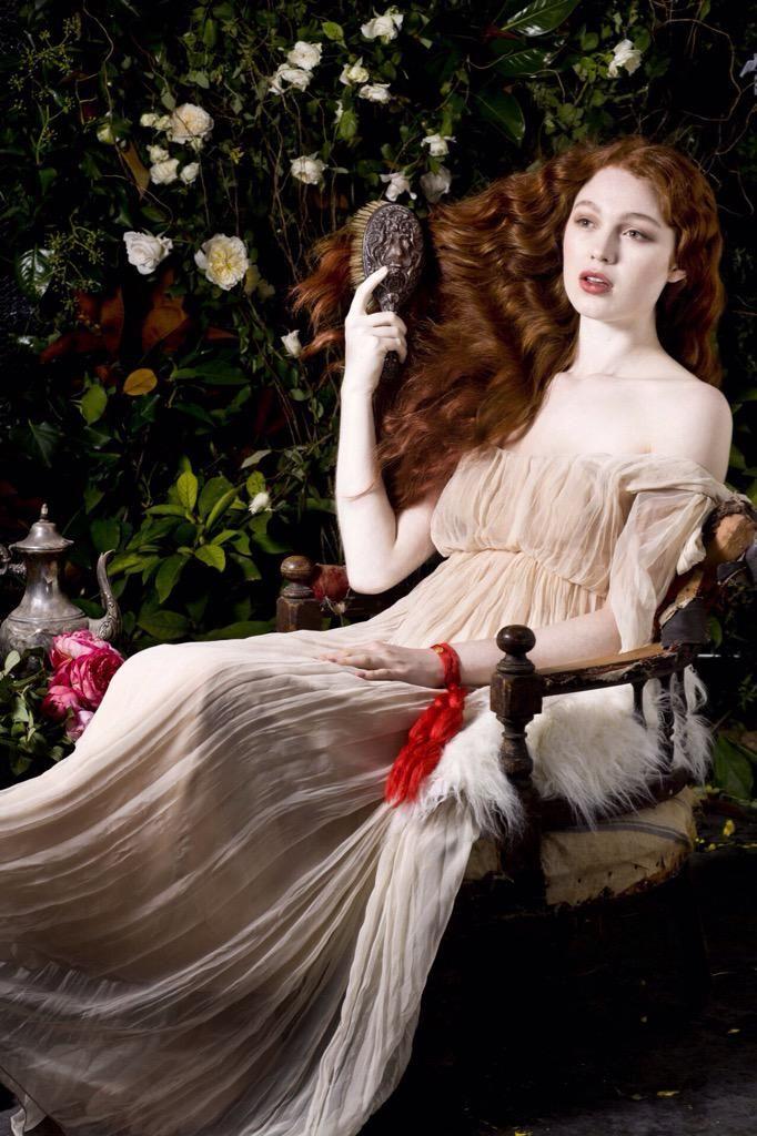 로제티의 그림을 모티브로 한 패션 화보. Donna Lee Stevens