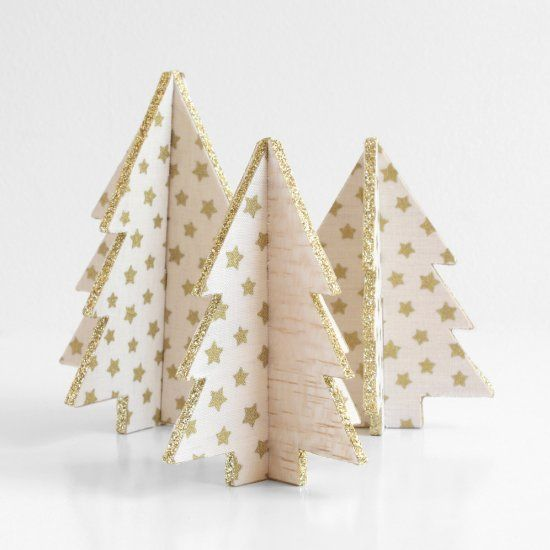 Learn how to make these mini Christmas trees out of balsa wood and fabric! You can use them to decorate or as place card holders!