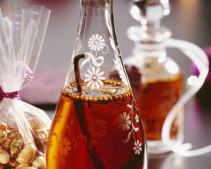 Perfektes Mitbringsel: Weihnachtlicher Likör | Zeit: 30 Min. | http://eatsmarter.de/rezepte/weihnachtlicher-likoer