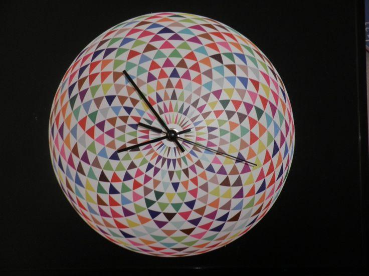 Színes háromszögek falióra csendes óraszerkezettel. Coloured wall clock with silent clockwork.