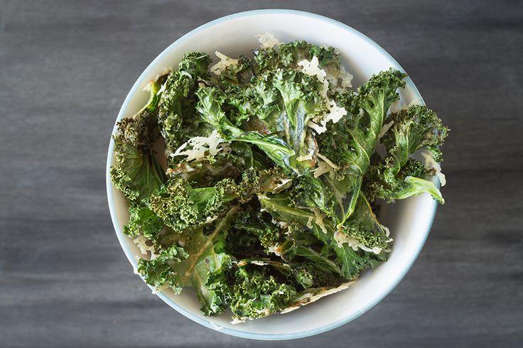 Chips av grønnkål med parmesan og timian. Grønnkålchips er optimal snacks når du er fysen på noe godt.