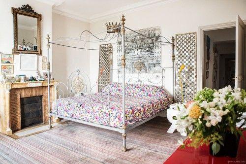 Dormitorio ecléctico de un apartamento en París.