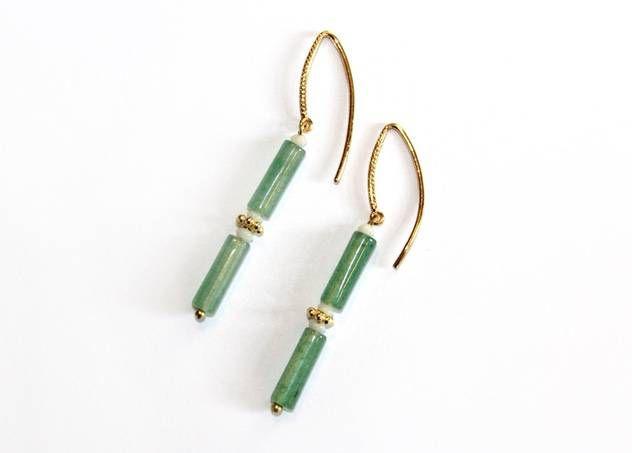 Vergulde oorbellen met groene staafjes en witte kralen van Petra Reijrink - www.legoutdescouleurs.be