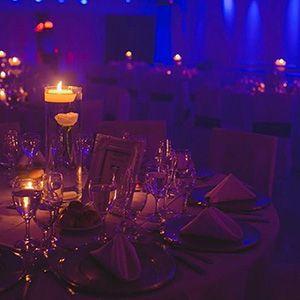 El espació ambientado con velas le dan un toque más íntimo a tu fiesta.