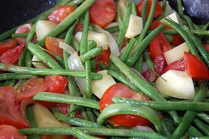 La meilleure recette de Haricots verts à l'Italienne! L'essayer, c'est l'adopter! 4.9/5 (14 votes), 60 Commentaires. Ingrédients: 1 kg de haricots verts 4 ou 5 tomates selon la grosseur 3 à 10 gousses d'ail selon la grosseur 1 gros oignon 2 cuillères à soupe d'huile d'olive sel, poivre,  herbes de provence 2 cuillères à soupe d'origan du persil 3 à 4 pommes de terre  Une deuxième variante :  Mamyloula  Fait ce jour, avec la variante de notre cher invité et...