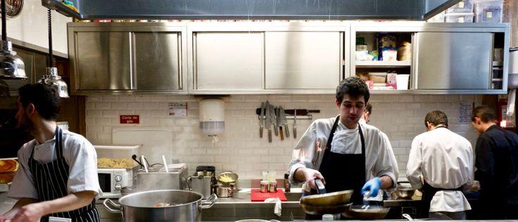 É possível observar o movimento na cozinha a partir do restaurante.