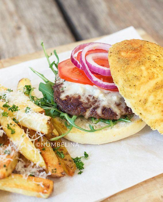 Heerlijke Italiaanse hamburgers op zelfgemaakte pestobroodjes met gorgonzola en Parmezaanse kaas frieten uit de oven.