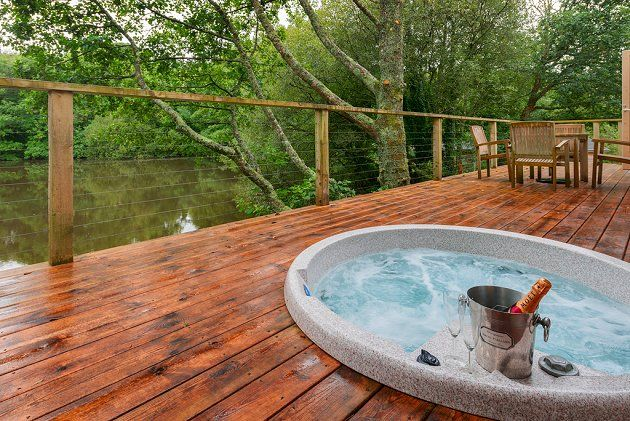 Stonerush Watersedge Lodge 10, Lanreath, Cornwall - Lovely decking area furnished with a hot tub - http://www.watersidebreaks.com/description/stonerushwatersedgelodgeten.htm