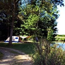 Kampeerterrein Veerse Gat ligt in een bosrijk krekengebied. U kampeert tussen de bomen en watertjes van het Veerse Bos. Een ideale plek voor rustzoekers en huttenbouwers.