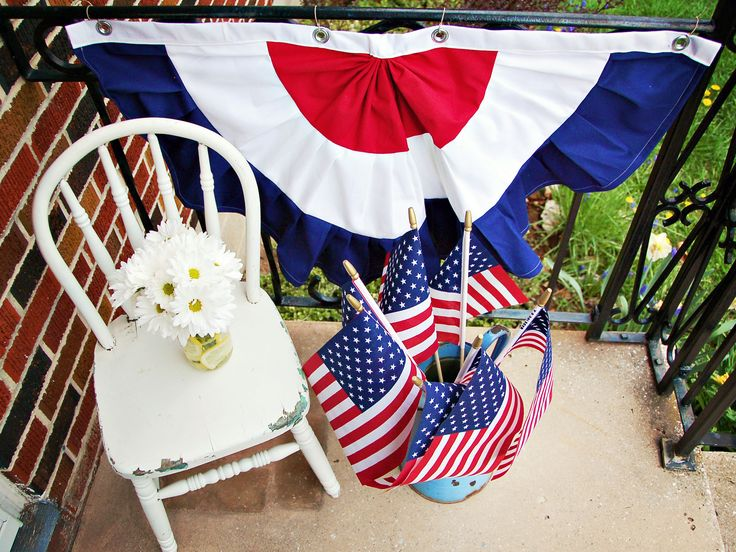 Forget plastic, store-bought Fourth of July decorations. This year, opt for traditional handmade patriotic bunting. These swags can be made in any size and customized further with applique stars.: Holidays July 4Th, Hgtv Diy, Diy 4Th, 4Th Fun, 4Th Of July, 4Th July, July Decor, Happy 4Th, Appliques Stars