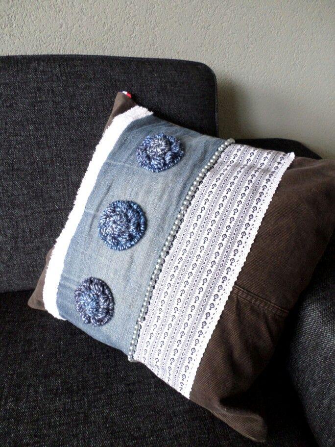 http://gabrielle-art.nl/zeeuwse-knipoog.html Zeeuwse knoop gehaakt op kussen, pillow