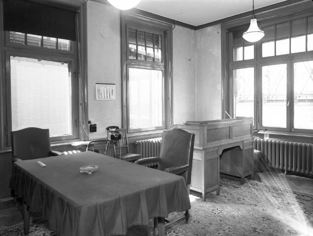 Interieur van de N.V. Nederlandse Staalfabrieken DEMKA (Havenweg 7) te Utrecht: werkkamer van A.S. de Muinck Keizer, vóór de modernisering.1956