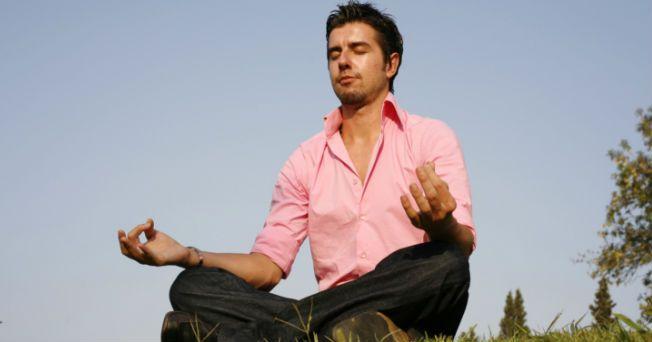 """Basándose en la literatura escrita por Bill W. para la comunidad de Alcohólicos Anónimos, el Dh. Padmabandhu, miembro de la Orden Budista Triratna, ha desarrollado un taller de meditación para apoyar no sólo a personas enfermas de alcoholismo, sino a todas aquellas personas que sufren los estragos de una adicción. Los 12 pasos mencionan una serie de recomendaciones para lograr superar una adicción, y es en el paso número 11 donde dice: """"Buscar a través de la oración y la meditación mejorar…"""