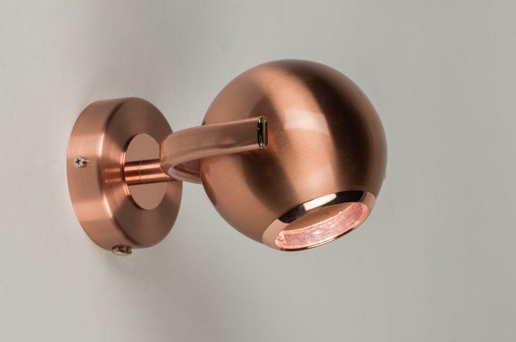 Art.72128 Fraai vormgegeven retro bol, mat uitgevoerd in trendy, warm roodkoper! Deze plafondlamp is verstelbaar, draaibaar en kantelbaar zodat u zelf de richting van de lichtbundel kunt bepalen. http://www.rietveldlicht.nl/artikel/plafondlamp-72128-modern-retro-metaal-rond