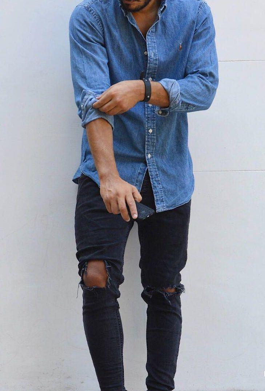Camisa jeans combina com muitas ocasiões e tem sido vista com mais frequência nas coleções de moda. Na foto: camisa jeans manga longa com calça skinny escura rasgada.