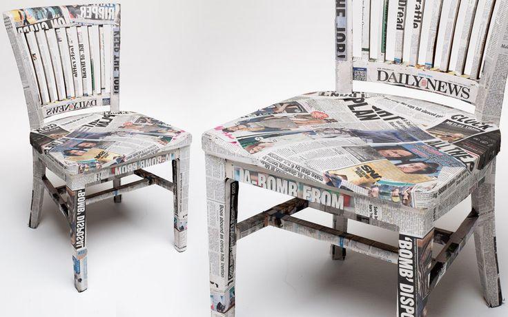 Oude stoel bekleed met krantenpapier
