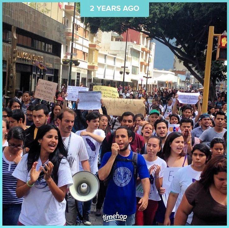 Hace dos años los estudiantes tomamos la calle ante la pretensión de la dictadura de intervenir la universidad. Estábamos en paro sin clases ni servicios. . Dos años después las condiciones de nuestras casas de estudio son pésimas y la deserción está a la orden del día. . Esta lucha sigue. Para que todos los derechos sean para todas las personas.