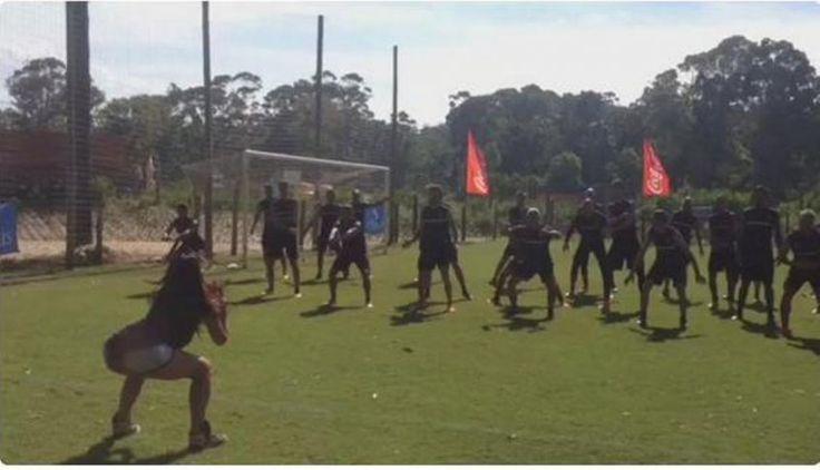 Los futbolistas aurinegros bailaron con la profesora del hotel antes del entrenamiento matutino de este viernes