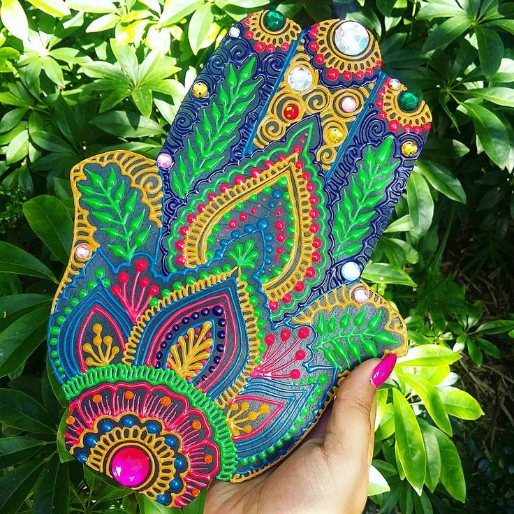 ✋La Hamsa o Mano de Fatima es un amuleto que repele el mal de ojo y las energías negativas. Trae felicidad, suerte y buena fortuna a su dueño. ✋The Hamsa خمسة or Hand of Fatima  is an amulet that helps banish evil or any negative energy. It brings happiness, luck and good fortune to it's owner.  Original design by Shantall Alam. #Hamsa #handoffatima #hennastyle