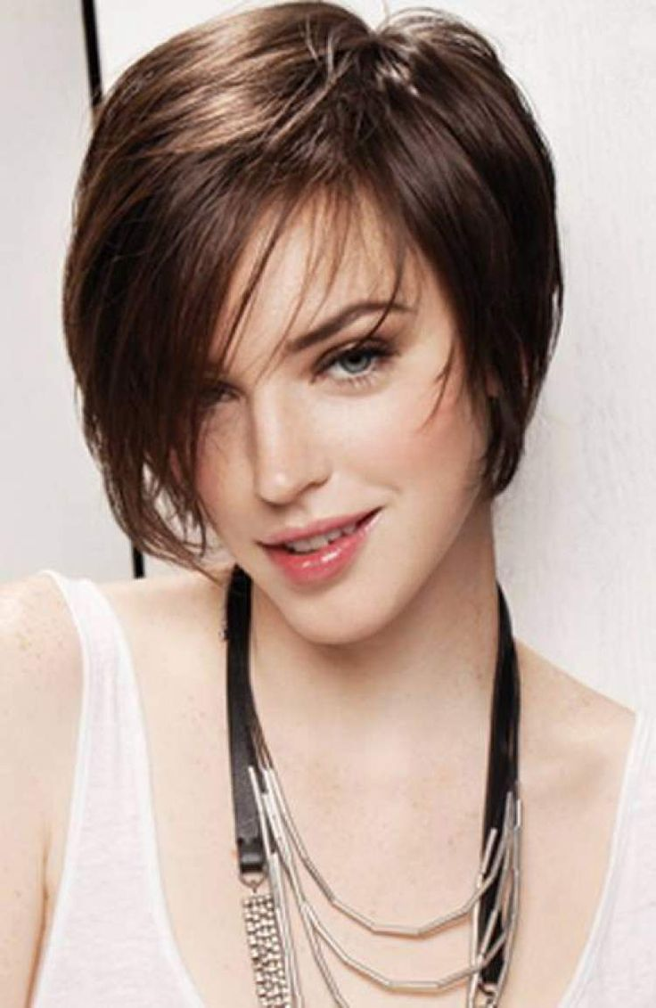 Short silky bob haircut with long side bangs--Corte de Cabelo Curto com Franja Lateral